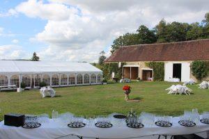 Vue sur la tente et l'extérieur des granges