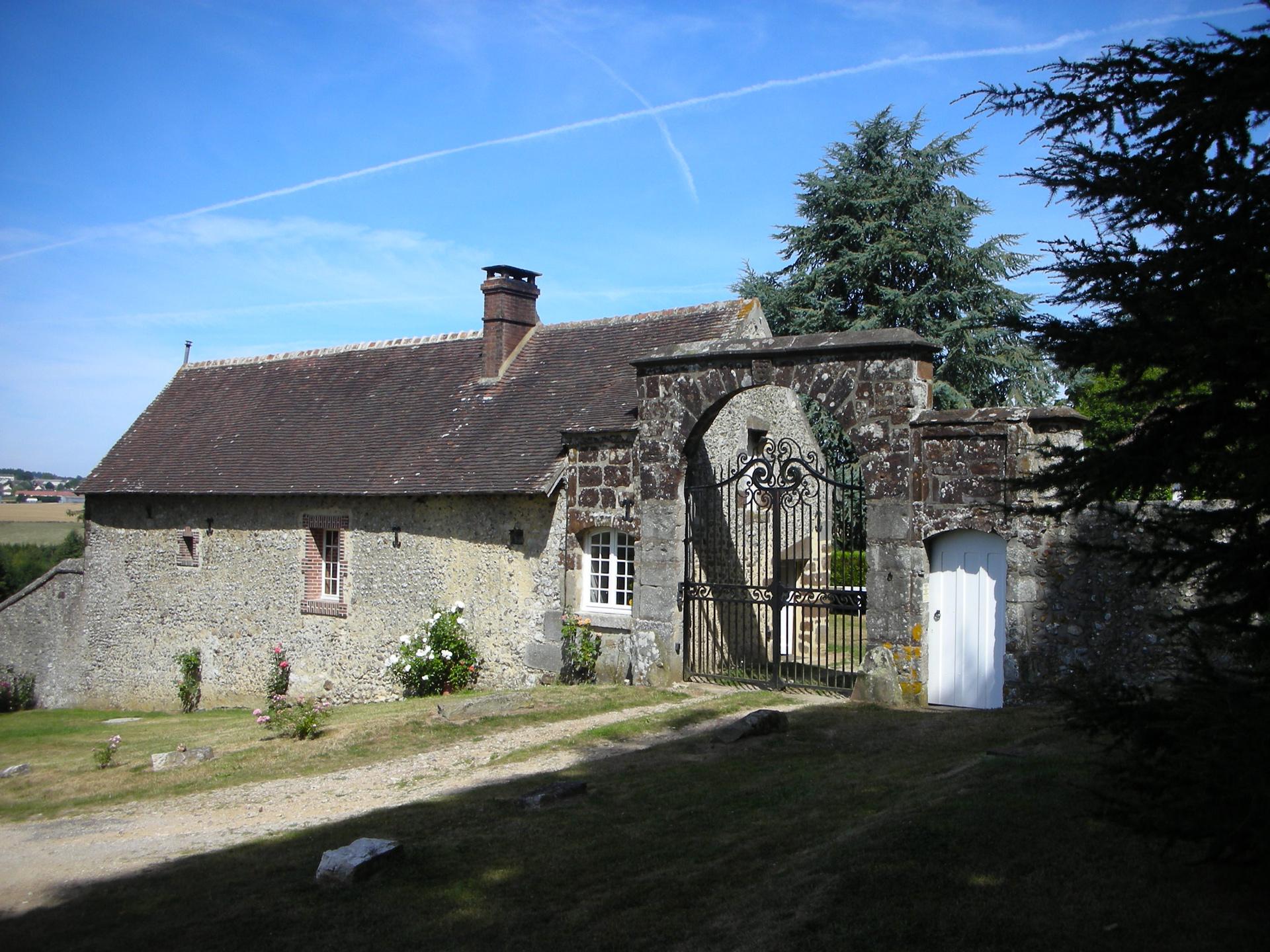 Entrée de Bellegarde, portail et maison du gardien