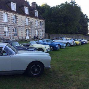 Rallye auto de vieilles voitures dans la cour de Bellegarde