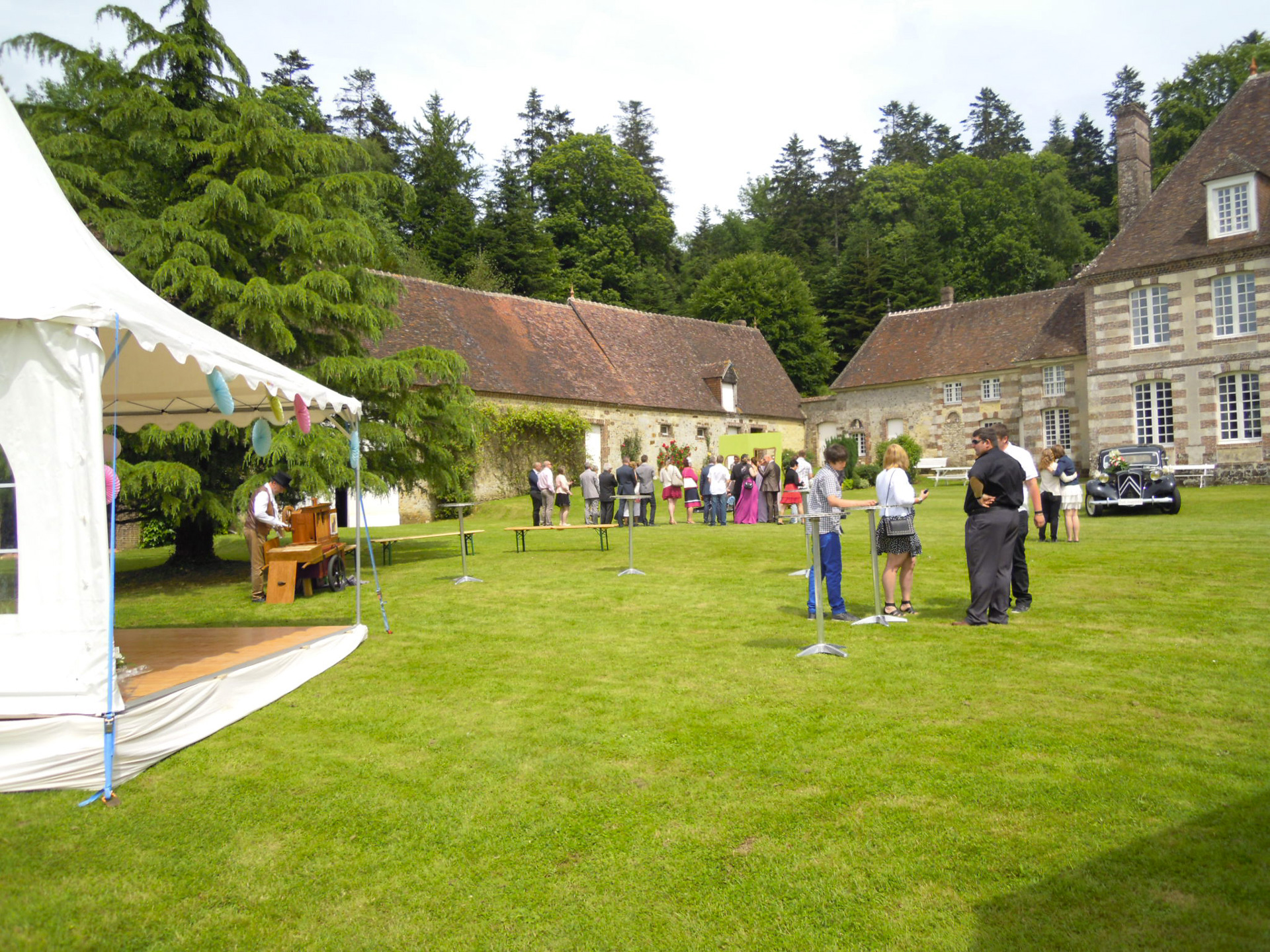 Petite tente de reception lors d'un mariage a Bellegarde
