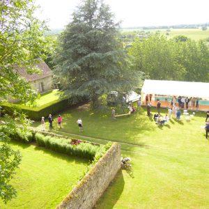 Vue du deuxieme etage sur la tente et le mur du jardin carre
