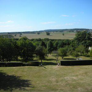 Vue sur la cour, le verger et les champs environnants