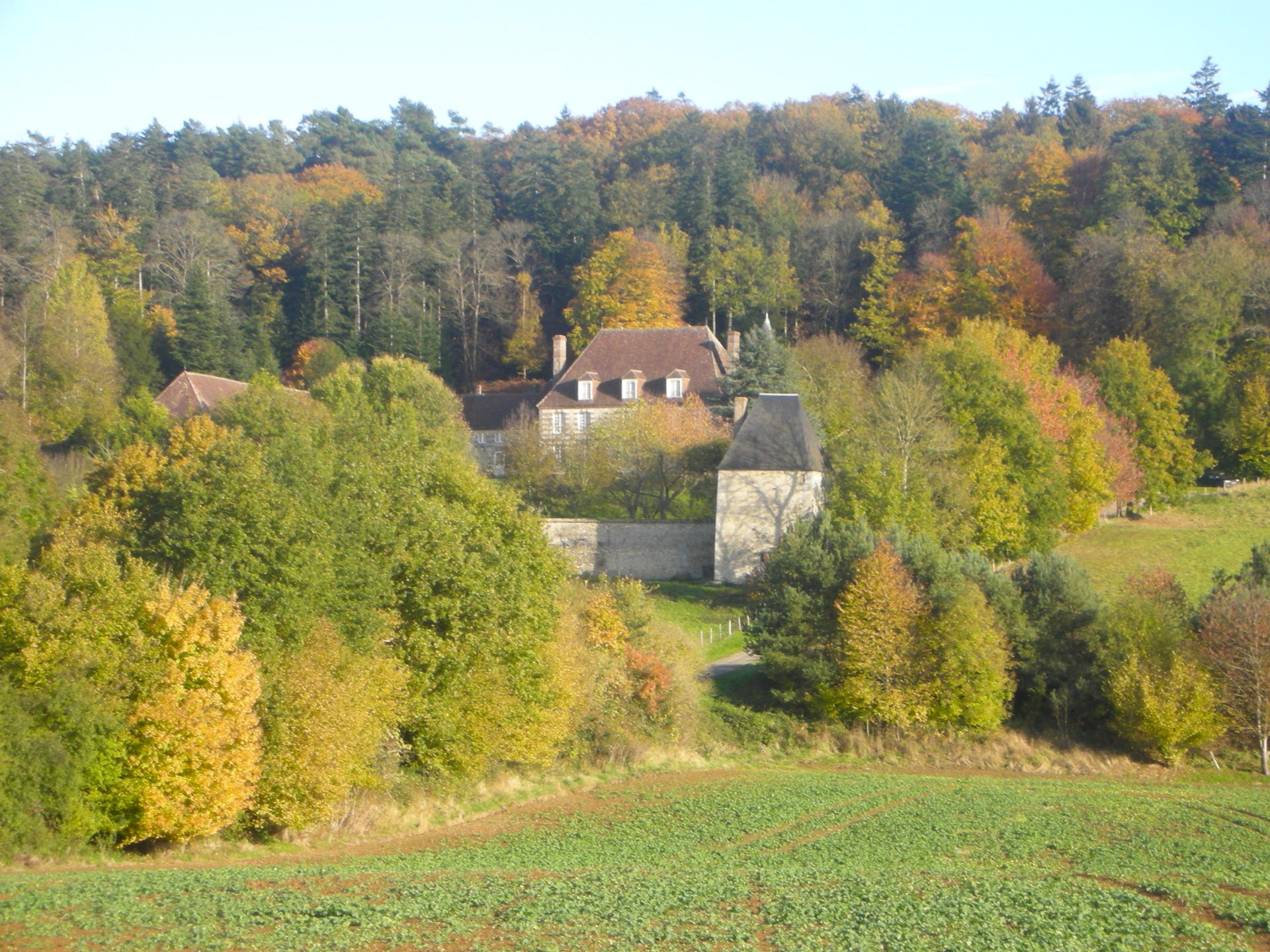 Vue du manoir de Bellegarde depuis la N12 à l'automne