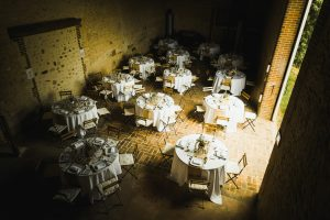 Tables rondes dans la grange du manoir de Bellegarde