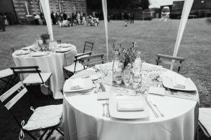 Tables rondes dans la cour du manoir de Bellegarde en noir et blanc