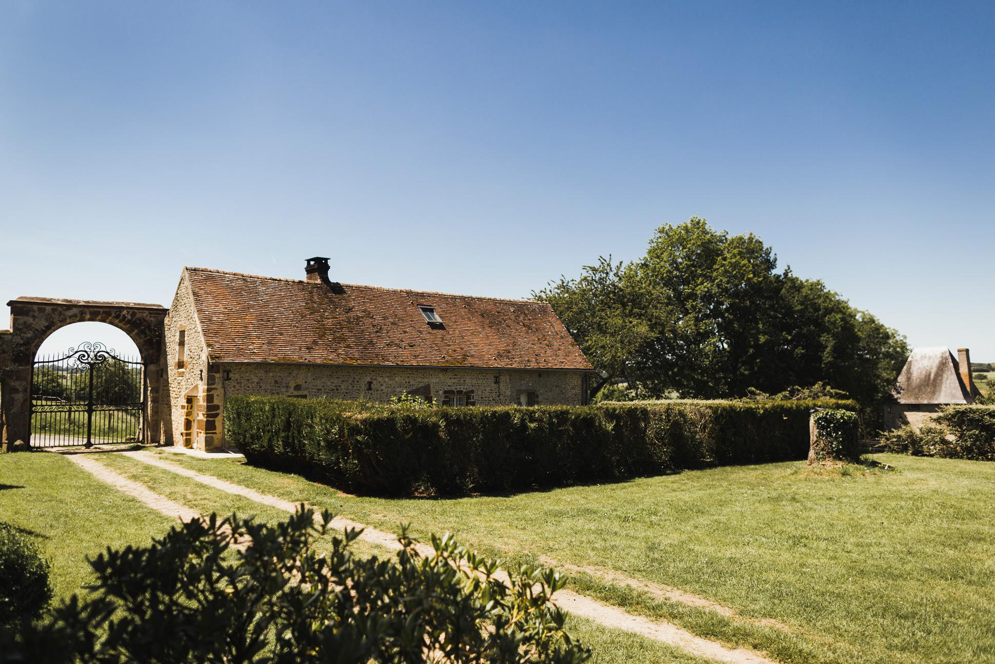 Le porche et le pavillon du manoir de Bellegarde