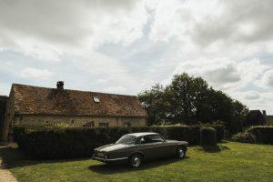 Jaguar devant le pavillon du manoir de Bellegarde