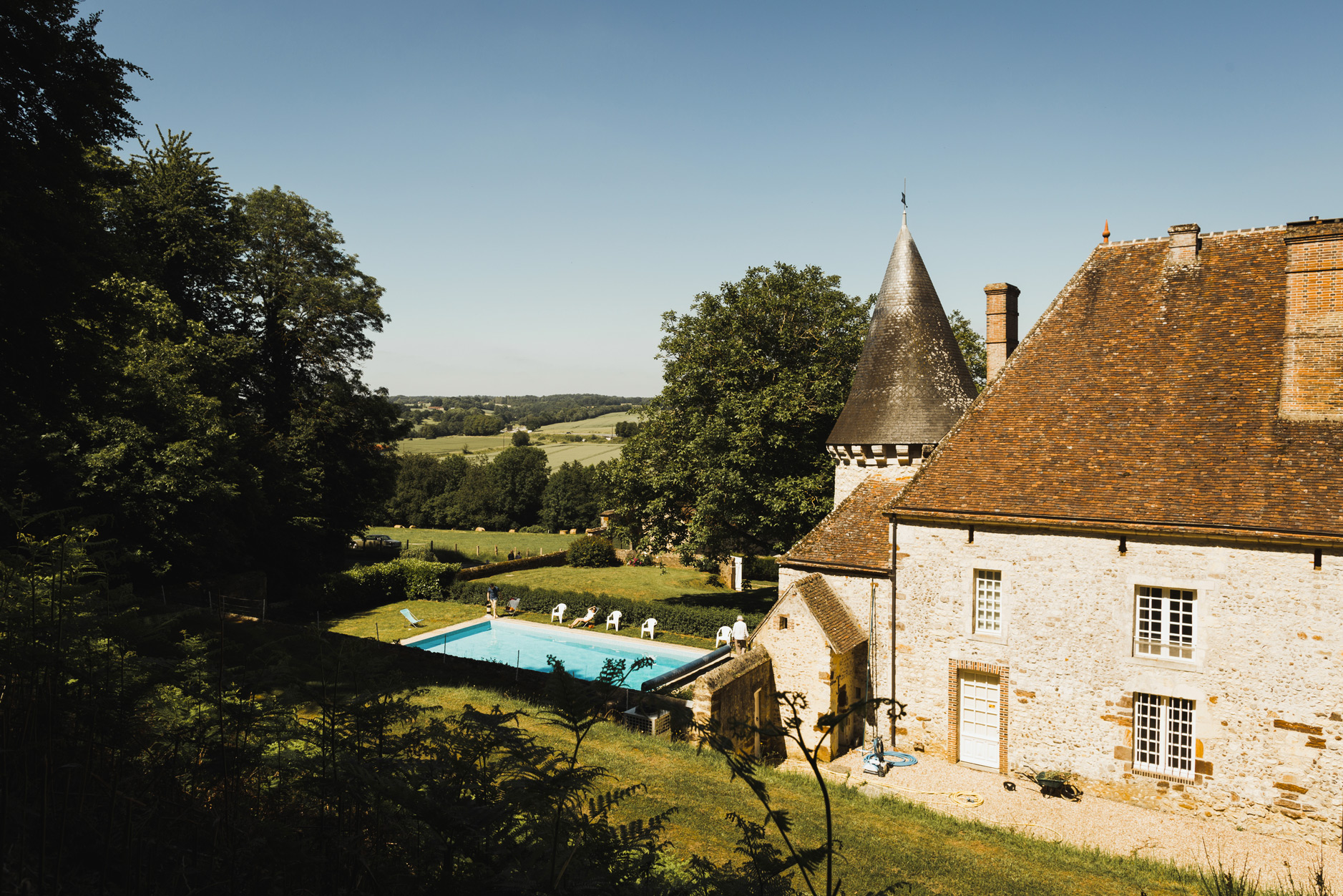 La piscine et la façade arrière du manoir de Bellegarde