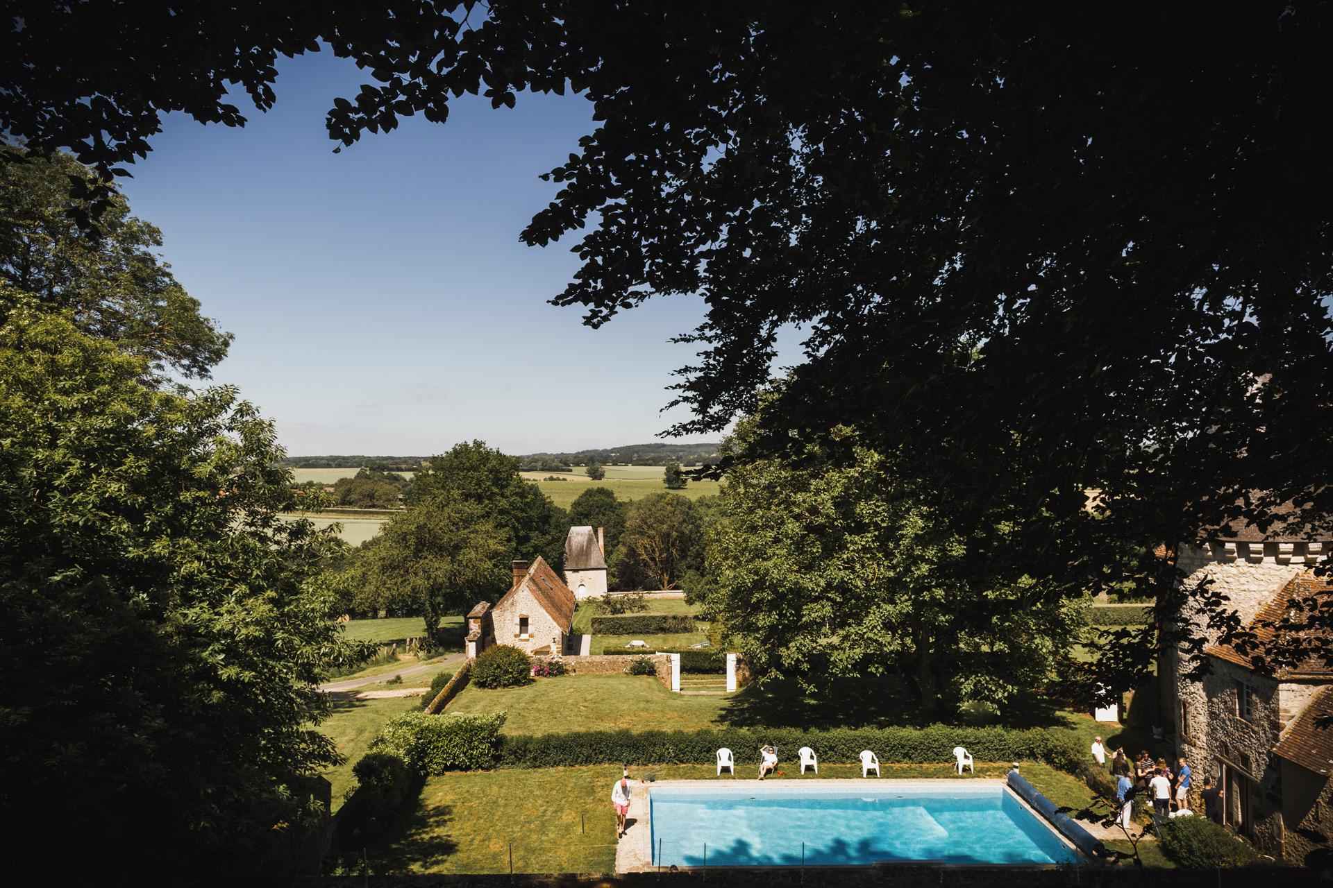 La piscine et le pavillon du manoir de Bellegarde
